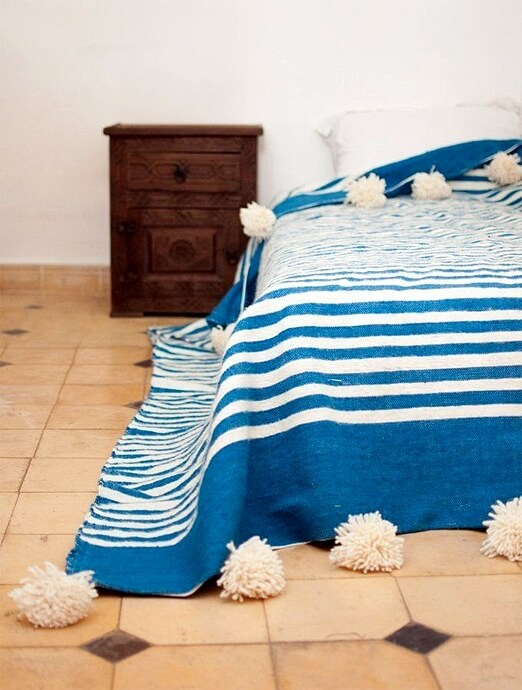 The patterns and the colors of pom pom blankets bring light and energy to a contemporary decor.